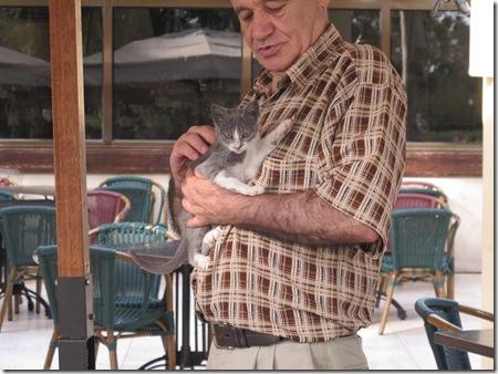 איש וגור חתולים (3)