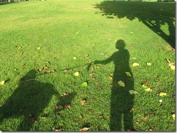 צללית נונה ואני בדשא