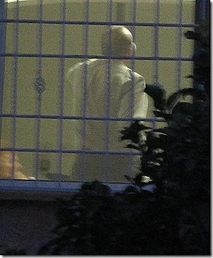 איש בחלון וסורגים