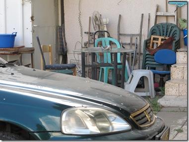 חצר אחורית עם מכונית