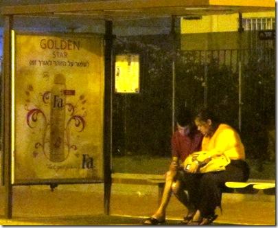 תחנת אוטובוס בלילה 1