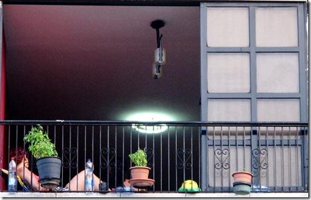 אישה בחלון  מרפסת