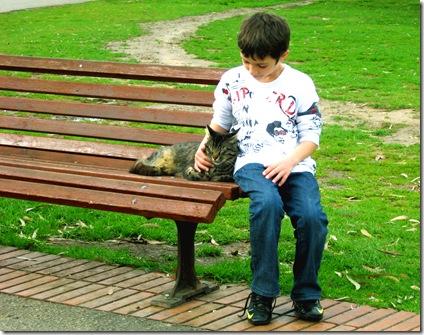 ילד עם חתול