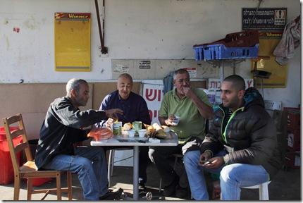 גברים בארוחת בוקר בכפר שלם 06