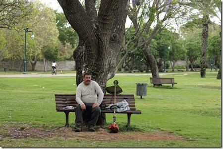 _MG_0014 גנן על ספסל בפארק