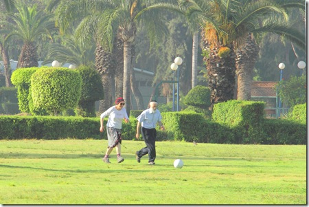 _MG_0047   זוג מבוגר דתיים מתמסרים בכדור בפארק מצויר