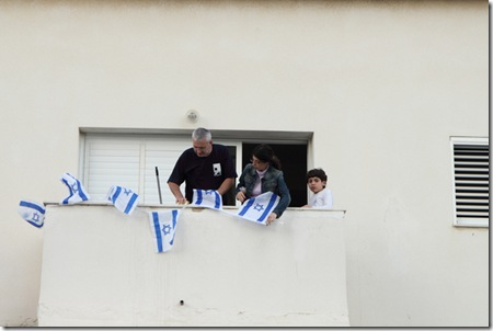 תולים דגלים במרפסת - ערב יום העצמאות 01