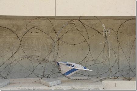 דגל ישראל וחוט תיל - רחוב ליאונרדו דה וינצ'י 1 ג