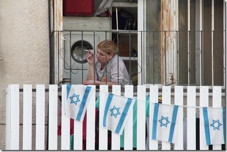 במרפסת ליד מכונת כביסה  ודגלים- דרך לוד 2