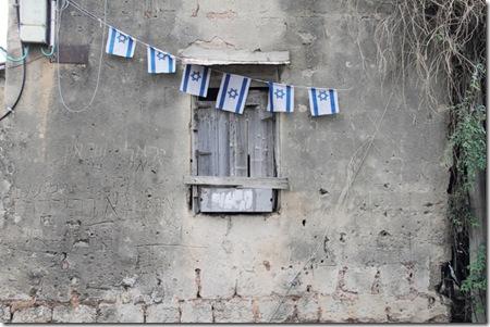 דגלי ישראל על חורבה בכפר שלם